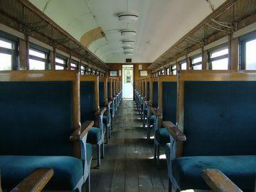 客車内部。このサイズでもよく見ると天井が剥がれていたりするのがわかる。