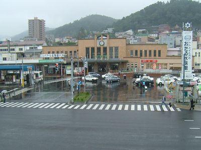 小樽駅前。修学旅行生らしき集団が多かった。