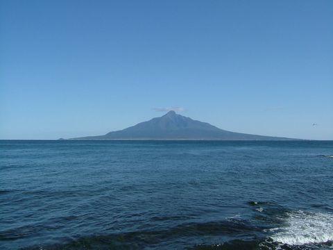 雲の笠をかぶった利尻富士。海の上に山が浮いているように見える。