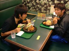 後で聞いた話によると、男でも食べきれない人が結構いるらしいけど…俺も含めた3人は当然のように全員完食しました(笑)