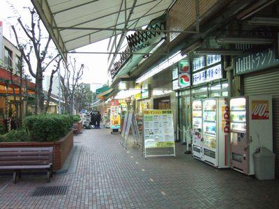 まきふん公園付近の商店街風景。