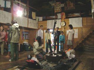 周囲には数多くの歌の歌詞が貼られている。