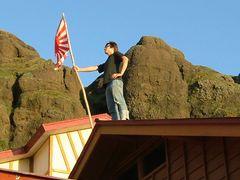 見張り。多いときは何人もが屋根に上がるという。