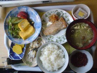 鮭に山芋に納豆、卵とサラダ、茸汁そしてイクラ。朝食も文句無し。