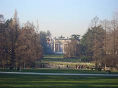 公園の奥にある門。