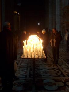 暗い教会でろうそくの灯がきれい