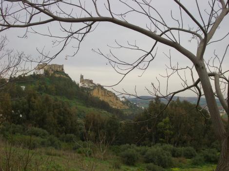 崖の上に見えるアルコスの旧市街