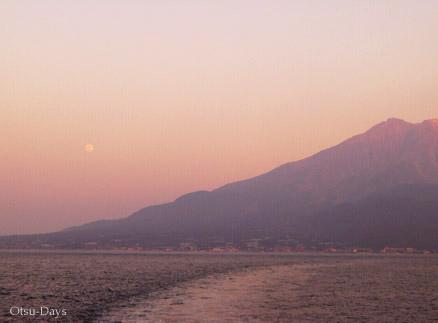月と桜島0802