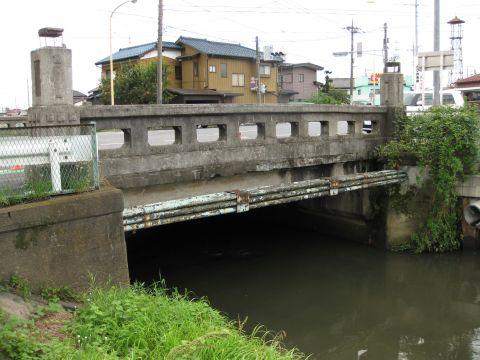 倉松川と志手橋