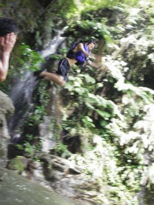 滝つぼへジャンプ
