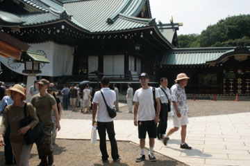 yasukuni-and-shorts-ojisan.jpg