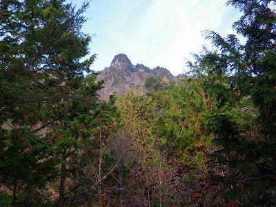 途中から槍ヶ岳を見上げる