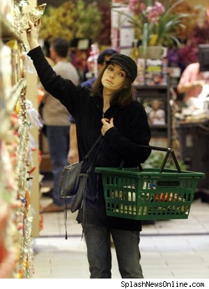 0214_winona_ryder_shopping_.jpeg