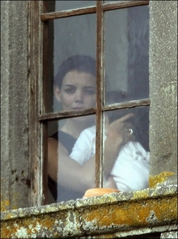Katie-Holmes-Holding-Suri-At-Castle-On-Wedding-Day.jpeg