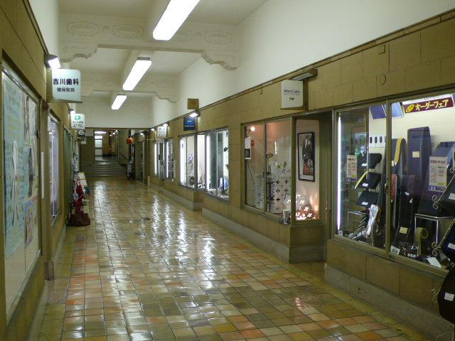ビル内商店街。