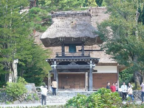 *県指定重要文化財の明善寺の鐘楼門*