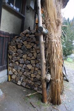 雪囲いした軒下に薪を移しました