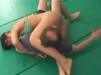 日本女性に関節技をかけられまくる外人オヤジ。最後は電気アンマ
