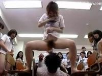 女子校生集団に次々と放尿されながら手コキでイキ果てる男子生徒!