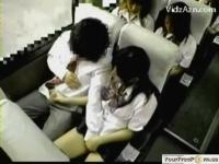 【手コキ】積極的な女子校生が乗っていた