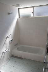 白いタイルを貼った浴室