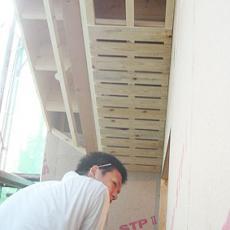 軒裏に木ずり板を施工する