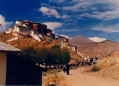 写真2=チベットのラサにあるポタラ宮。ダライ・ラマ14世は1959年3月17日、この王宮を去ってヒマラヤ山脈を超え、インドへ亡命していった