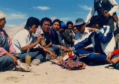 """写真3=同じチベット文化圏であるインドの「レー」での宴会。ビンに入っている泥水のような液体が""""チャン""""である"""