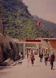 """写真5=チベットの山を下りて、中国とネパールの国境に向かって歩く若き日の""""グレート・ジャパニーズ・タロー""""(帽子の男)"""