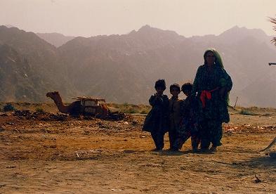 写真キャプション2=ラクダと暮らす土漠の家族