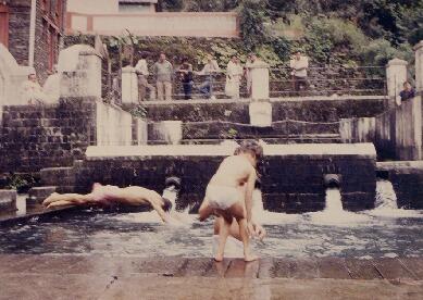 写真キャプション=冷たい木浴場に飛び込む「ゾウ」の雄姿