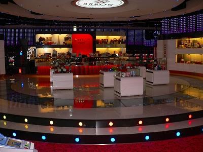 写真④=2階の中心に置かれた円形の景品コーナー