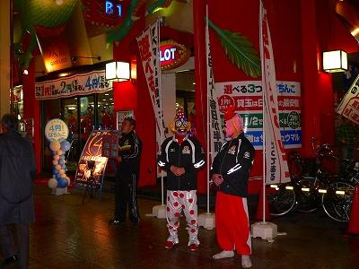写真キャプション=「ツインドラゴン」でイベントを行なう大阪プロレスのレスラー