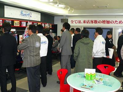 写真キャプション=多くのホール関係者で賑わった京楽産業.大阪支店での「冬ソナ2」展示会