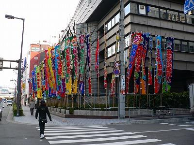 写真キャプション=大相撲春場所のノボリが立つ大阪府立体育館