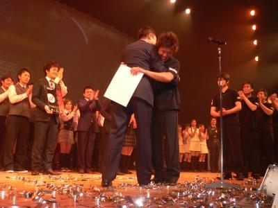 写真キャプション=日本一が決定し、木山理事長と抱き合って喜ぶ趙常務