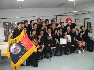写真キャプション=決勝大会後の記者会見で、木山理事長と記念撮影を行なう「JOY STAGE」の出場者