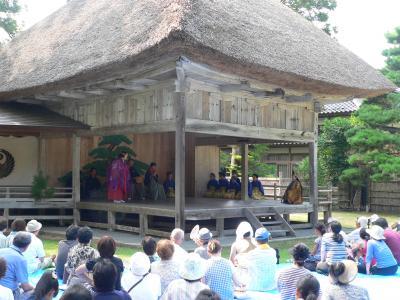 大膳寺内にある能舞台の全景。盆の昼下がり、佐渡での唯一の静かで快い時間であった