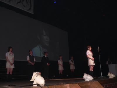 舞台上で必死になってプレゼンを行なう「パチンコ玉三郎亘理店」の女性スタッフ