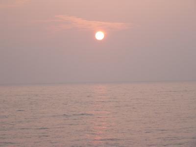 佐渡の小木港沖に沈む夕日