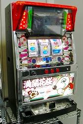 """写真キャプション=私、ナイトウ龍司も何度も試打した""""満開花桜""""この機械を使う事により斬新な営業スキームが秘められている。"""