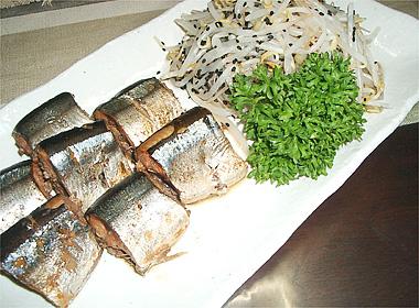 秋刀魚の醤油煮ともやしの付け合せ