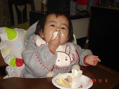 ケーキをほおばる