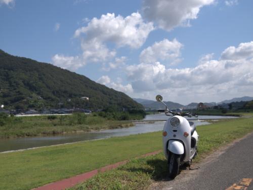 川沿いの道を走って
