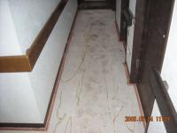 カーペットとクッション材を剥がした廊下